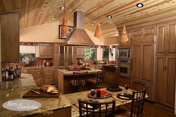 Дизайн кухни в деревянном доме 33